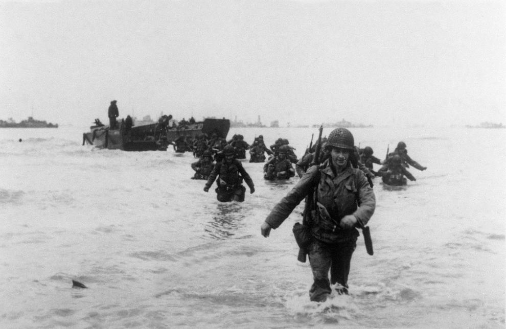 Trupele americane din Divizia a 4-a Infanterie debarcă pe plaja Utah, marţi, 6 iunie 1944.