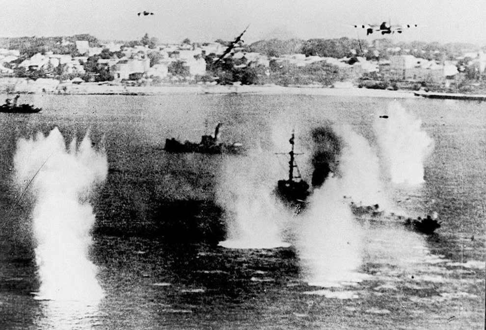 Navele aliate sunt atacate de avioane germane, marţi,  6 iunie 1944.
