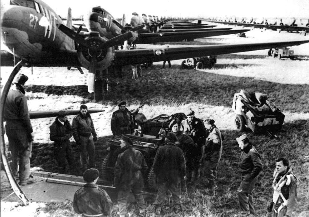 Forţele aliate pregătesc avioanele de transport C - 47 la o bază engleză, cu puţin timp înaintea debarcărilor din Normandia, Franţa.