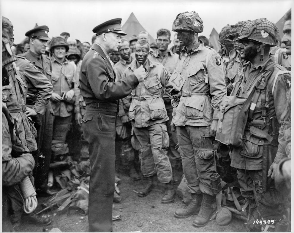 Comandantul Suprem al Forţelor Aliate, generalul Dwight D. Eisenhower dă ordine unor paraşutişti, înainte ca aceştia să urce la bordul avionului pentru a participa la primul asalt, în timpul operaţiunilor legate de debarcarea din Normandia, marţi, 06 iunie 1944, Anglia.