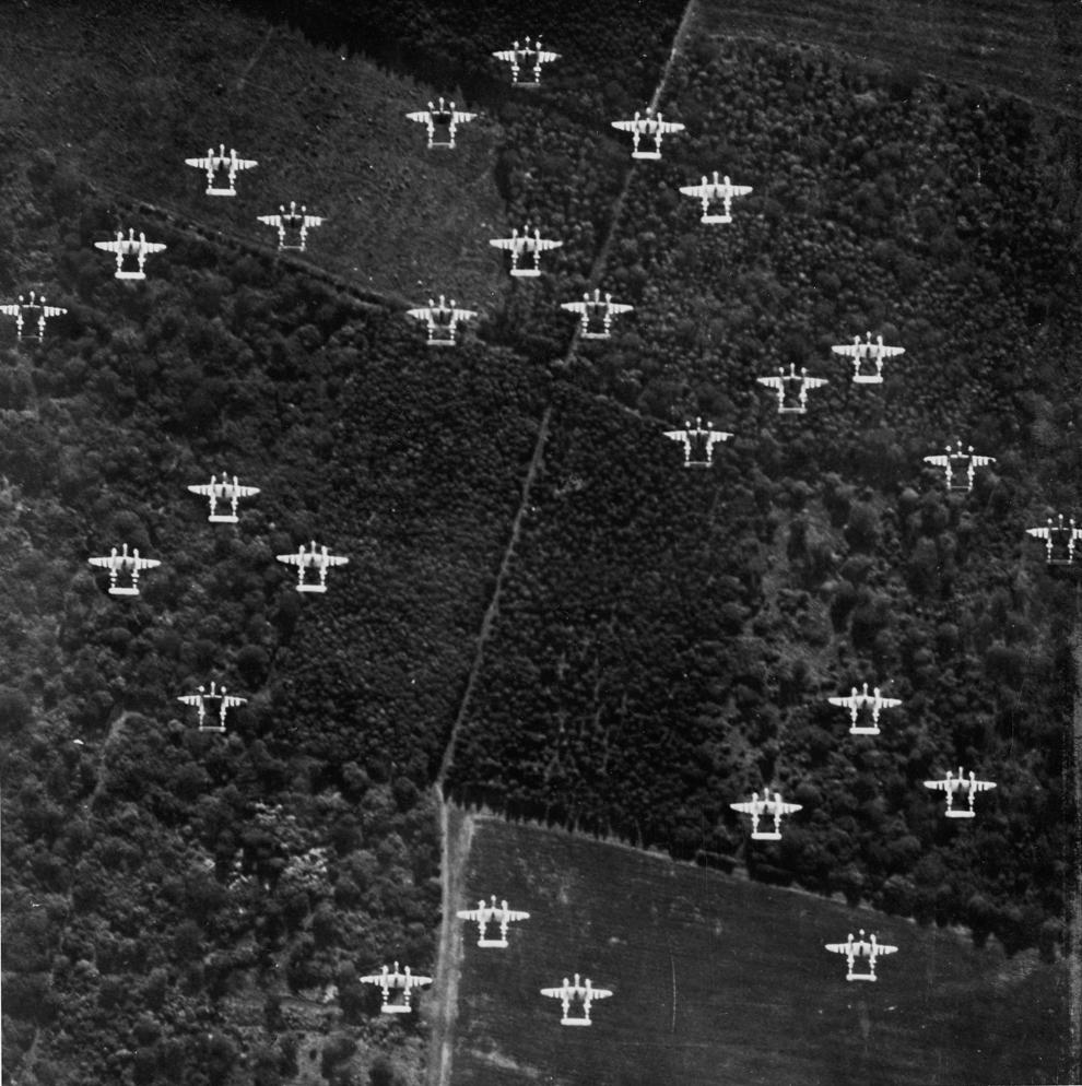 Un escadron de avioane aliate P - 38 se îndreaptă spre Normandia cu puţin timp înainte de declanşarea Operaţiunii Overlord.