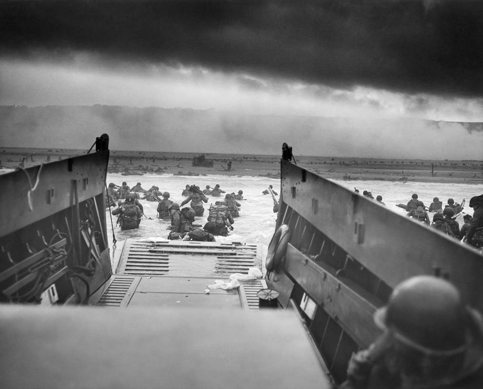 Soldaţi americani debarcă pe plaja Omaha, în timpul operaţiunilor legate de debarcarea din Normandia, marţi, 6 iunie 1944.