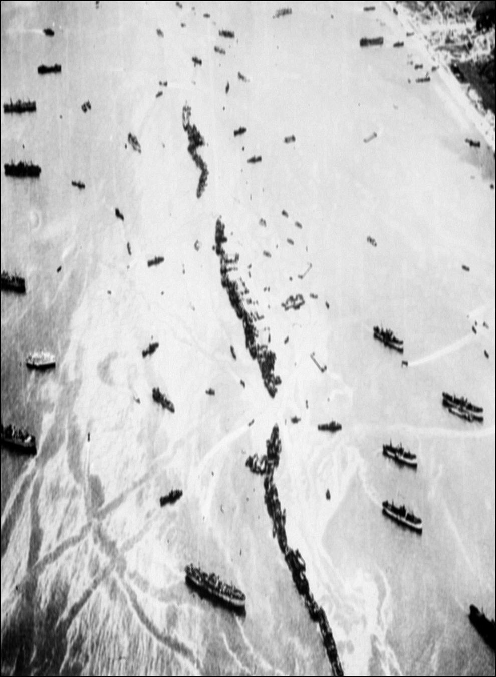 Fotografie aeriană, făcută de la bordul unui avion B – 26, în care se vede un dig artificial facut din vase militare, în timpul operaţiunii Overlord, pe coasta Normandiei, în iunie 1944.