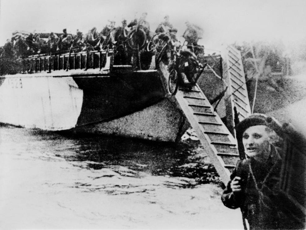 Soldaţi francezi, echipaţi cu biciclete, debarcă pe plaja din Normandia în timpul Operaţiunii Overlord, marţi, 06 iunie 1944.