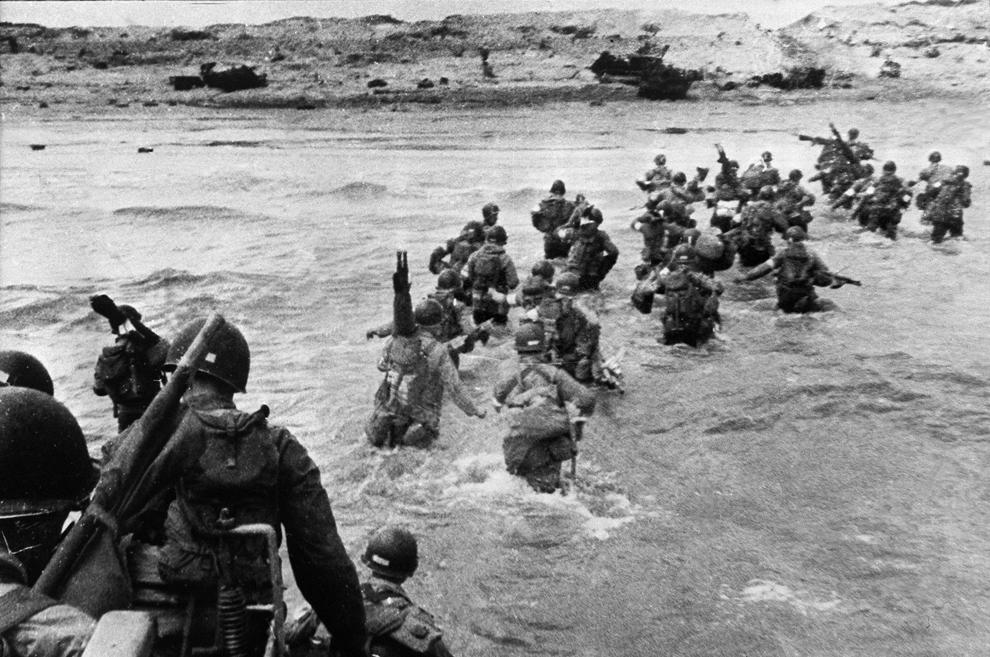 Soldaţi americani iau cu asalt plajele din Normandia, în timpul debarcării forţelor aliate, marţi, 06 iunie 1944.