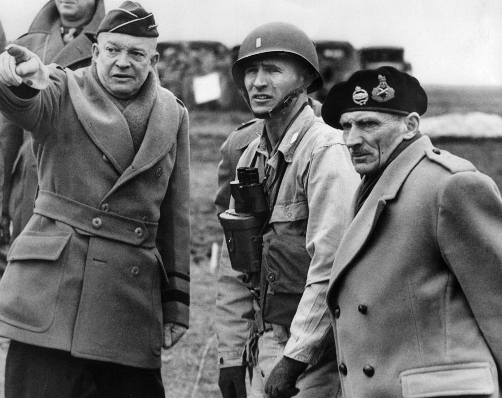 Comandantul Suprem al Forţelor Aliate, generalul Dwight D. Eisenhower ( S ) şi mareşalul britanic Bernard Montgomery ( D ), comandantul său adjunct, coordonează planurile de invazie, în iunie 1944, după ce forţele aliate au luat cu asalt plajele din Normandia.