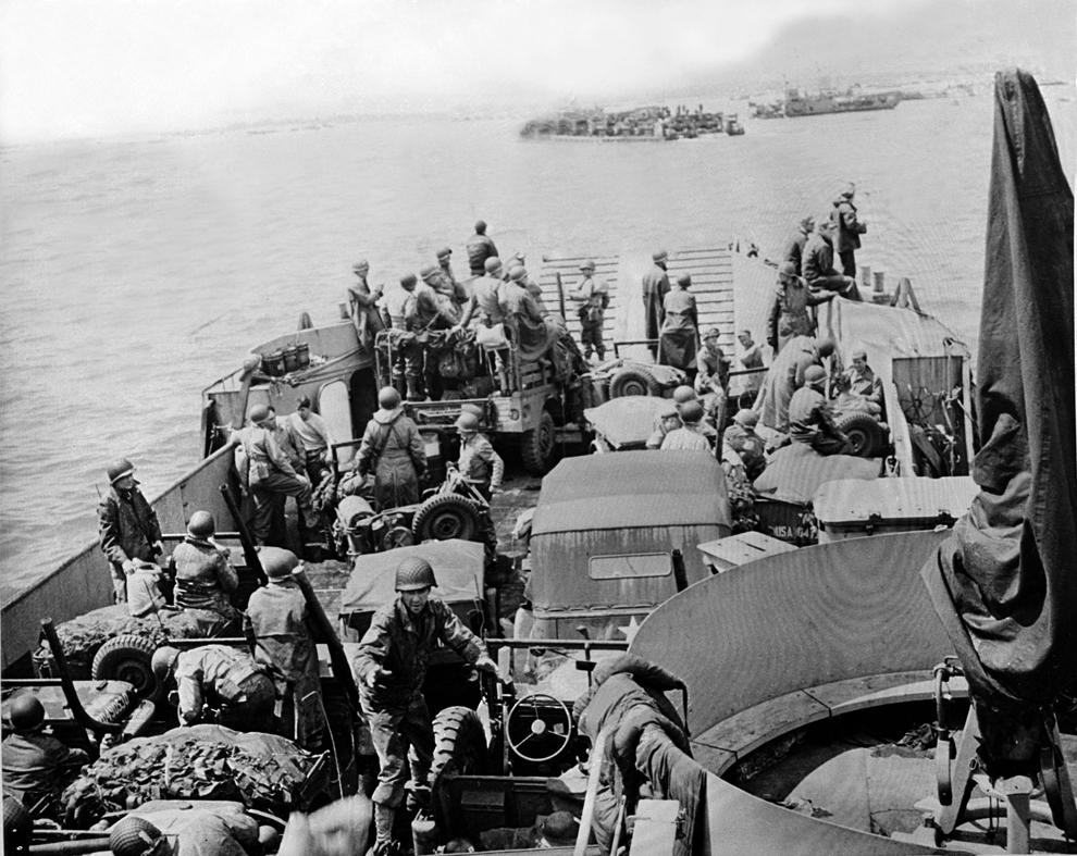 Trupe americane sunt gata să debarce de pe vase în timpul Operaţiunii Overlord, marţi, 06 iunie 1944, după ce forţele aliate au luat cu asalt plajele din Normandia.