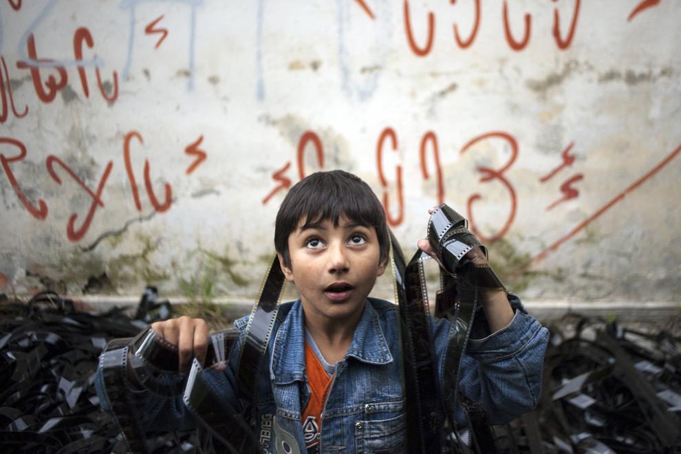Patru copii, cu vârste între şase şi 12 ani, trăiesc împreună cu părinţii în fostele birouri ale Depozitului de filme din Cluj, ajuns o ruină, fară apă şi curent.