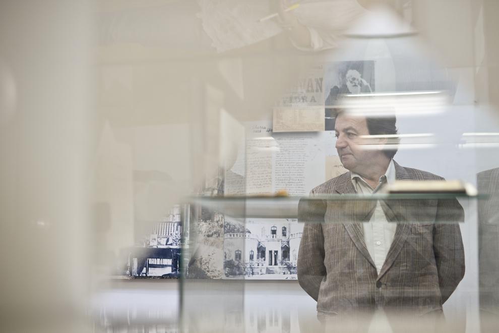 Managerul Muzeului Literaturii Române, Ioan Cristescu, discută cu reprezentanţi ai presei, în Muzeul Literaturii Române din Bucureşti, marţi, 3 iunie 2014.