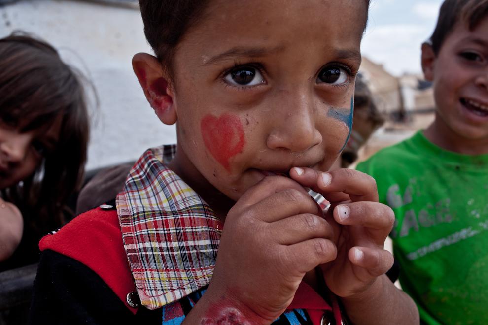 Copii din tabăra de refugiaţi sirieni se joacă pe străzile din Za'atari.