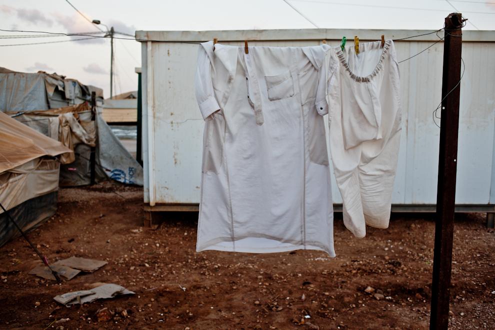 Rufe sunt agăţate la uscat pe una din străzile taberei de refugiaţi sirieni Za'atari din Iordania.