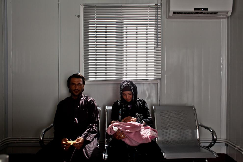 Familie de refugiaţi sirieni în timpul formalităţilor de înregistrare în Centrul pentru refugiaţi urbani al UNHCR din Amman, Iordania. Este cel mai mare centru UNHCR de acest gen din lume procesând până la 4000 de refugiaţi zilnic.