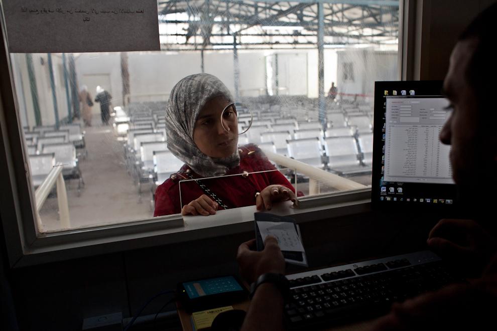 Femeie siriancă îşi ia documentele de înregistrare de la Centrul pentru refugiaţi urbani al UNHCR din Amman, Iordania. 77% dintre refugiaţii sirieni din Iordania trăiesc în mediul urban.