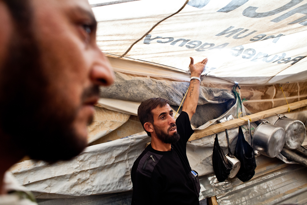 Refugiaţi sirieni se plâng de existenţa şobolanilor în tabăra de refugiaţi arătând găurile pe care aceştia le fac în corturi.