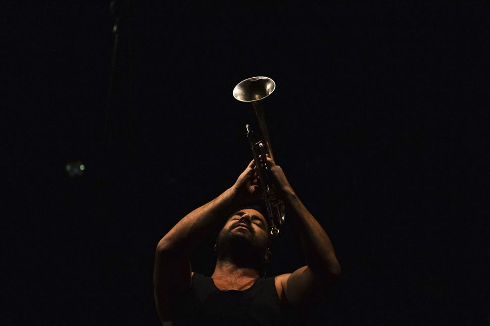 """Vocalul trupei australiene """"The Cat Empire"""", Harry James Angus, cântă în timpul unui concert desfăşurat pe Arenele Romane din Bucureşti, joi, 31 iulie 2014."""