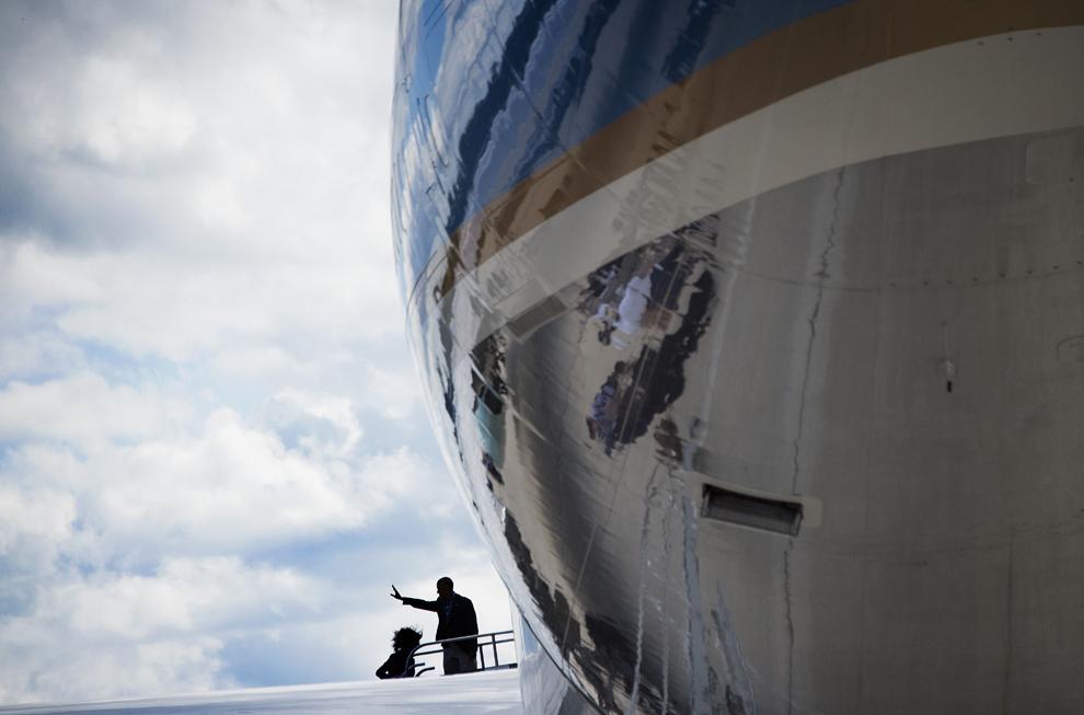 Preşedintele Statelor Unite ale Americii, Barack Obama, face cu mâna înainte de a se îmbarca în avionul prezidenţial pe aeroportul international General Mitchell din Milwaukee, Winsconsin, luni, 1 septembrie 2014.