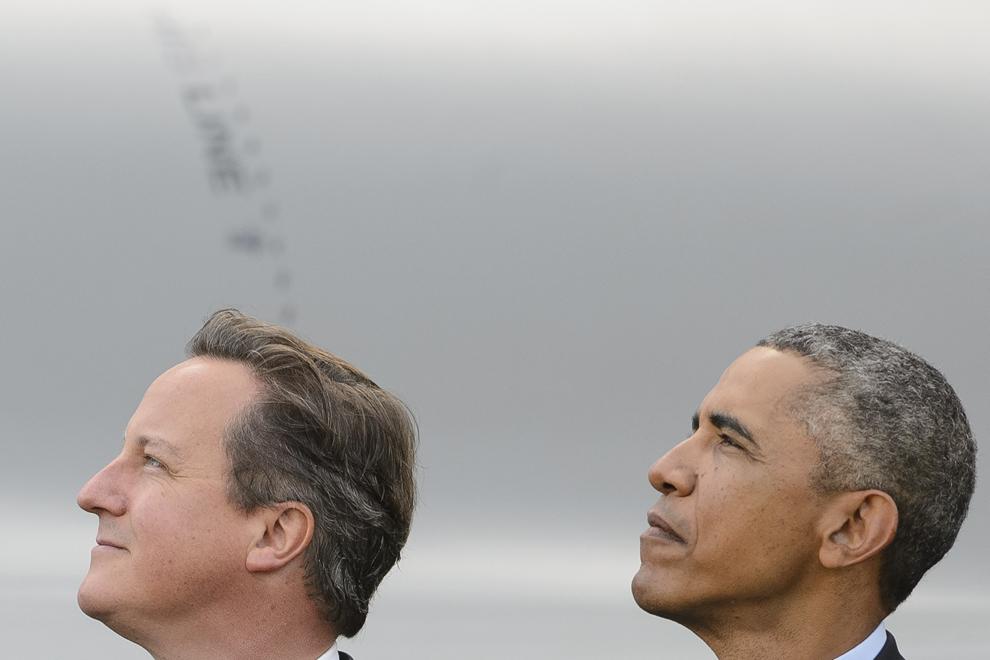 Premierul britanic, David Cameron (S) şi presedintele SUA, Barack Obama (D) privesc o paradă aviatică în cea de-a doua zi a summitului NATO 2014, în Newport, Scoţia, vineri, 5 septembrie 2014.