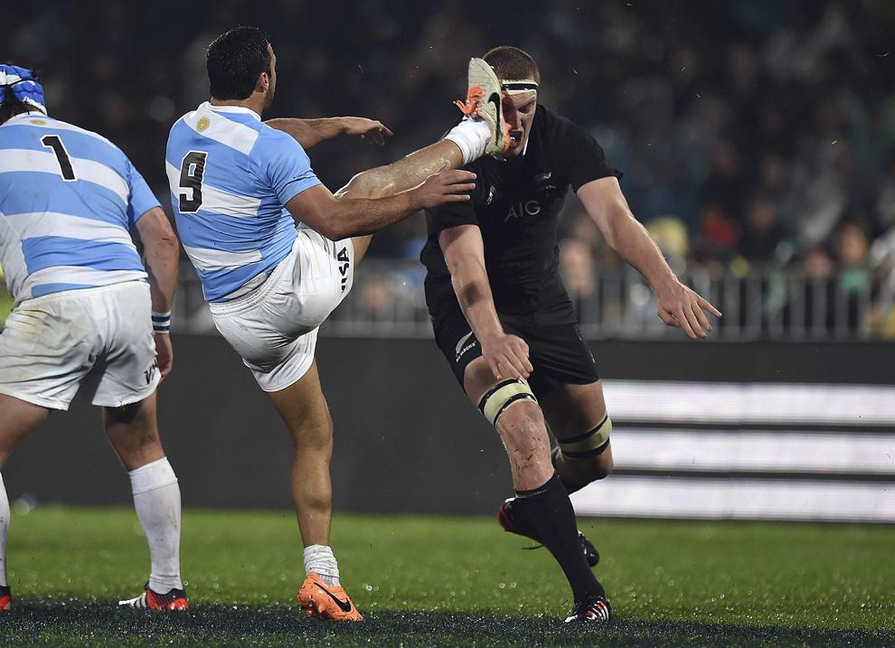 Mijlocaşul la grămadă Martin Landajo (S), Argentina,  este urmărit după executarea unei lovituri de către jucătorul formaţiei Noii Zeelande, Brodie Retallick, în timpul unui meci de rugby, în Napier, sâmbătă, 6 septembrie 2014.