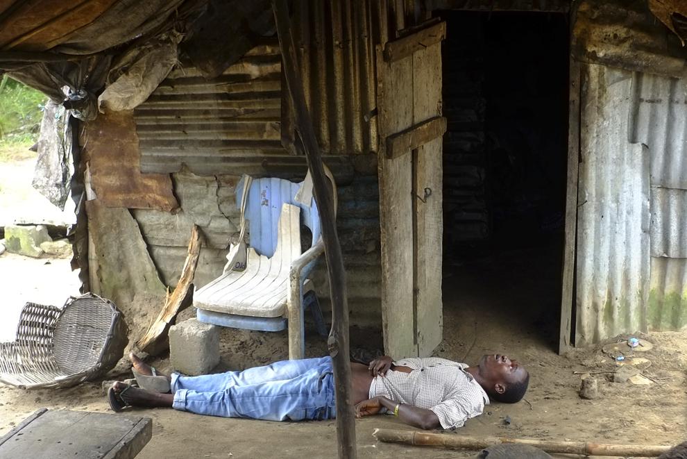 Un bărbat infectat cu virusul Ebola stă inconştient în casa lui, joi, 4 septembrie 2014.