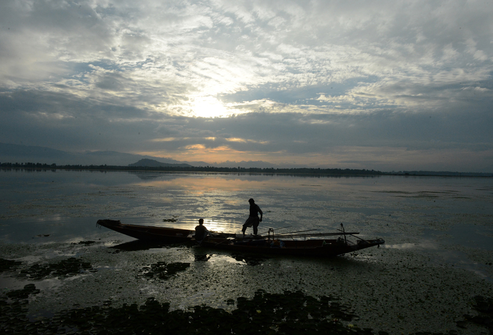 Pescari kaşmiri aruncă năvodul pe lacul Dal, în Srinagar, India, luni, 1 septembrie 2014.