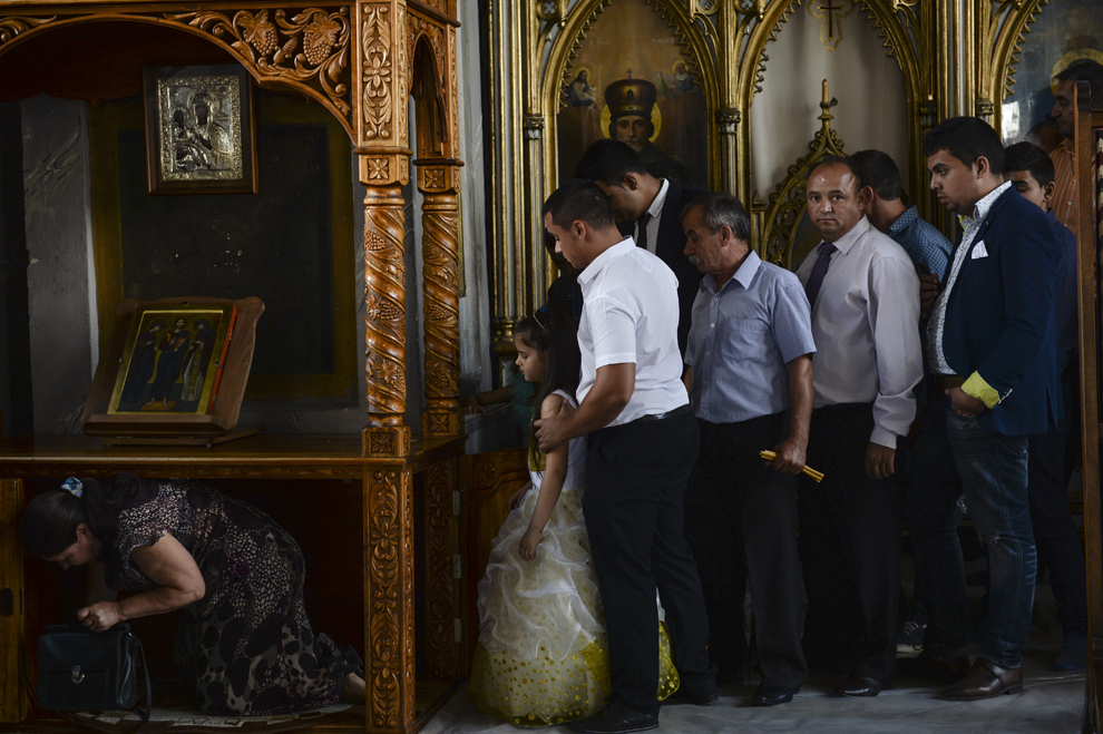 Persoane de etnie romă se roagă în mânăstirea Bistriţa, în Costeşti, Vâlcea, luni, 8 septembrie 2014. Pe 8 septembrie, de Sfântă Măria Mică, romii îşi sărbătoresc Ziua Naţională.