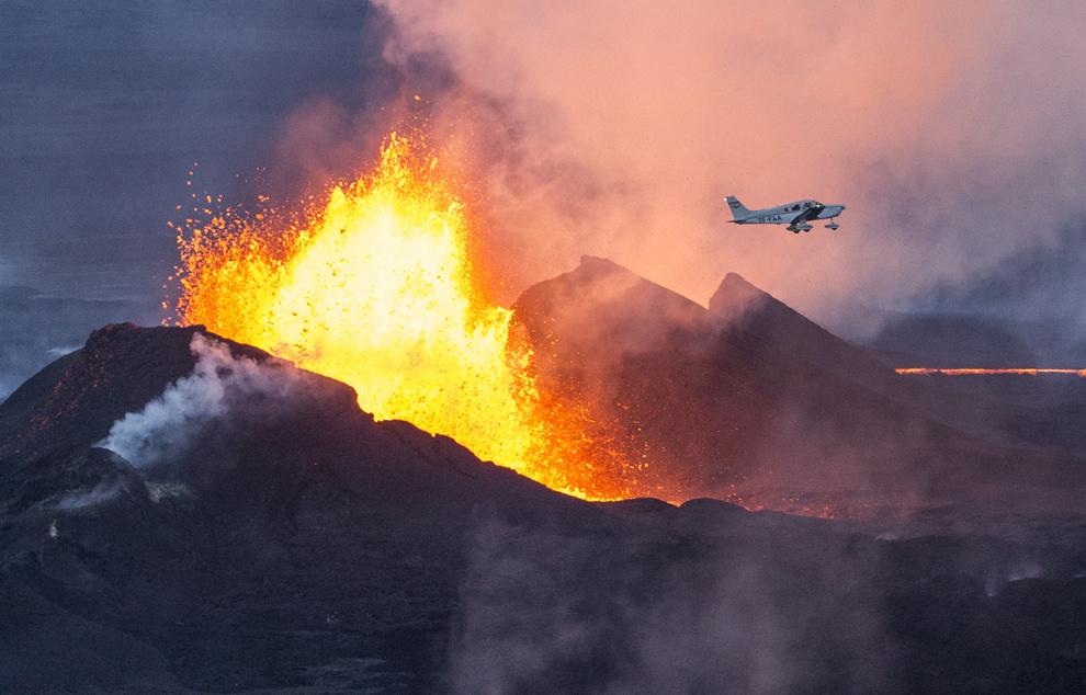 Un avion trece pe deasupra vulcanului Bardarbunga din sud-estul Islandei, duminică, 14 septembrie 2014.