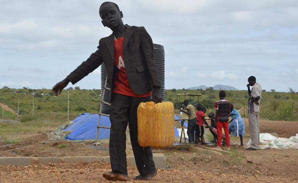 Un copil transportă o canistră de apă în tabara PoC (Protection of Civilian) a Misiunii în Sudan a Naţiunilor Unite (UNMIS), în Juba, Sudanul de Sud, miercuri, 17 septembrie 2014.