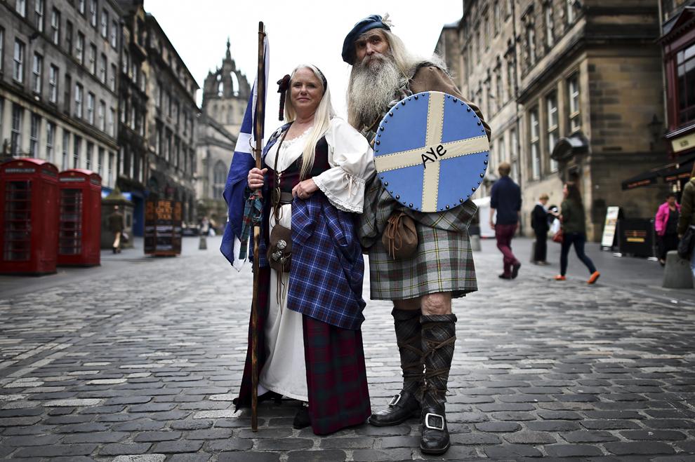 Suporteri pentru independenţa Scoţiei, Sandy (S) şi Ed Hastings (D) pozează în costumul tradiţional Highland, în Edinburgh, Scoţia, marţi, 16 septembrie 2014.