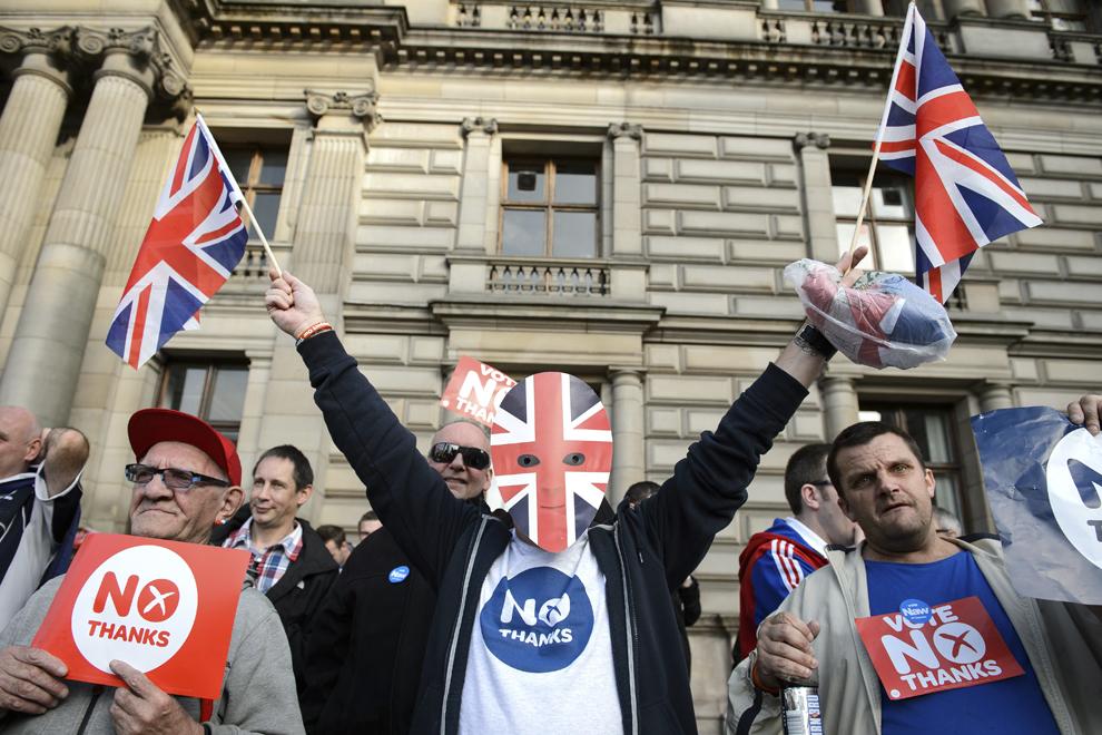 Activişti pro-uniune protestează lângă un grup de suporteri pro-independenţă în piaţa George din Glasgow, Scoţia, miercuri, 17 septembrie 2014.