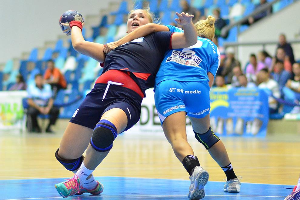 Raluca Irimia, de la Dunărea Galaţi, se luptă pentru balon cu Ianasi Maria, de la SCM Craiova, în timpul meciului cu SCM Craiova, din Liga Naţională de Handbal Feminin, disputat în Craiova, joi, 18 septembrie 2014.