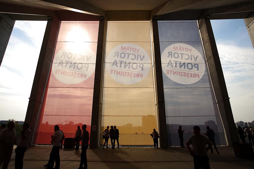 Simpatizanţi PSD sosesc la evenimentul de lansare a candidatului Alianţei Electorale PSD-UNPR-PC, Victor-Viorel Ponta, premier al României şi preşedinte al PSD, la alegerile prezidenţiale din anul 2014, pe Arena Naţională, în Bucureşti, sâmbătă, 20 septembrie 2014.