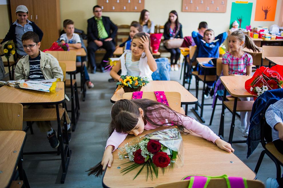 O elevă participă la deschiderea anului şcolar, la Şcoala generală nr. 18 din Sibiu, luni, 15 septembrie 2014.