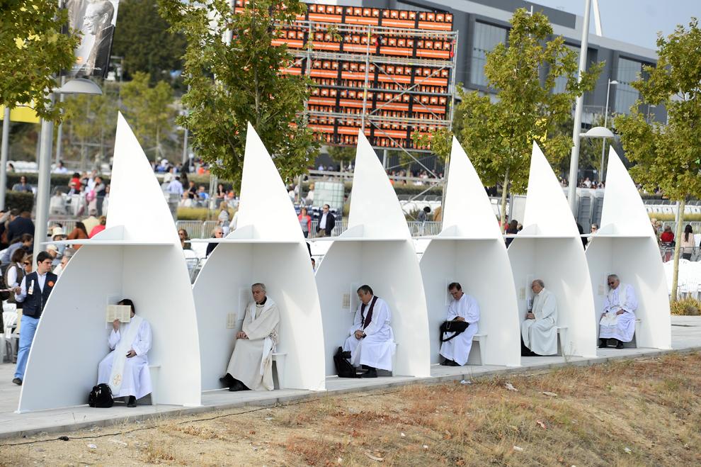 Preoţi ascultă credincioşi într-un spaţiu confesional improvizat, înaintea celebrării beatificării lui Alvaro del Portillo în Madrid, Spania, vineri, 26 septembrie 2014.