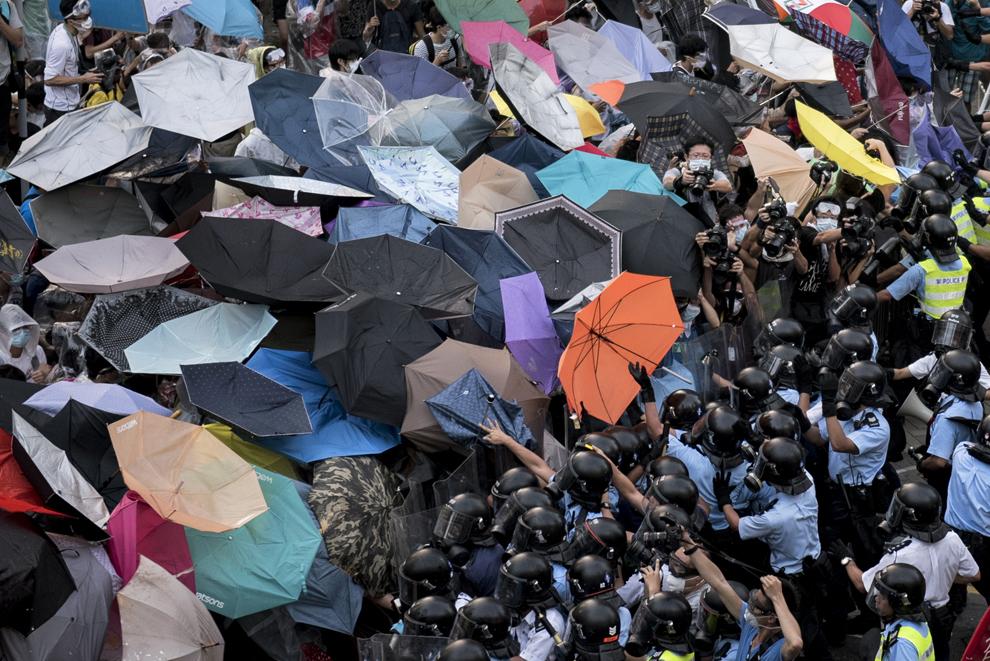 Poliţişti se luptă cu protestatari pro-democraţie în apropierea sediului guvernului din Hong Kong, China, duminică, 28 septembrie 2014.