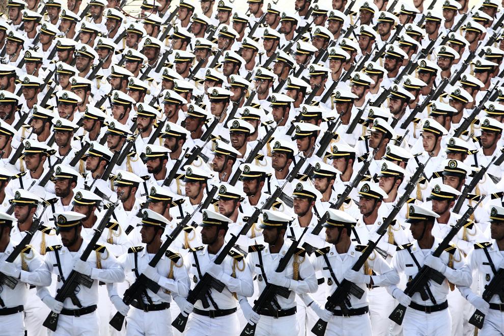Trupele navale ale Iranului participă la o paradă militară ce marchează aniversarea războiului dintre Iran si Irak (1980-1988), în Teheran, Iran, luni, 22 septembrie 2014.