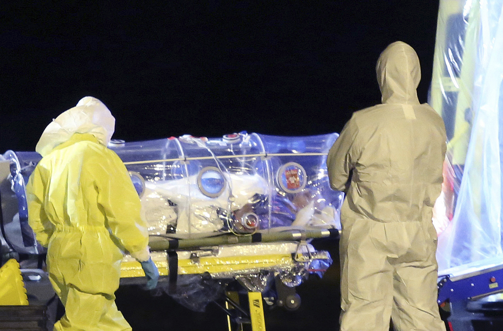Fotografie pusă la dispoziţie de Ministerul Apărării al Spaniei în data de luni, 22 septembrie 2014: Misionarul Catolic  Manuel Garcia Viejo contaminat cu Ebola, este transportat de medici de la baza aeriană din Madrid la spitalul Carlos III.