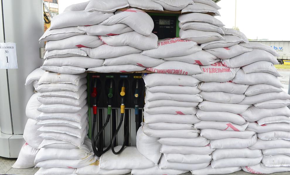 O pompă de benzină dintr-o benzinărie este protejată cu saci de nisip, în Doneţk, Ukraina, joi 25 septembrie 2014.