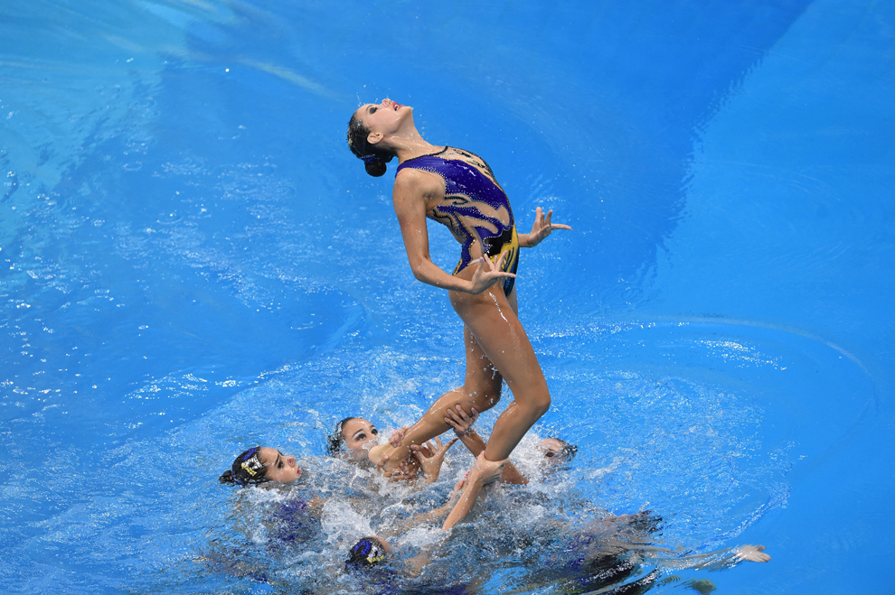 Echipa Uzbekistanului evoluează în cadrul concursului de înot sincron,  în timpul Jocurilor Asiatice desfăşurate la centrul acvatic Munhak Park Tae-hwan din Incheon, Coreea de Sud, luni, 22 septembrie 2014.