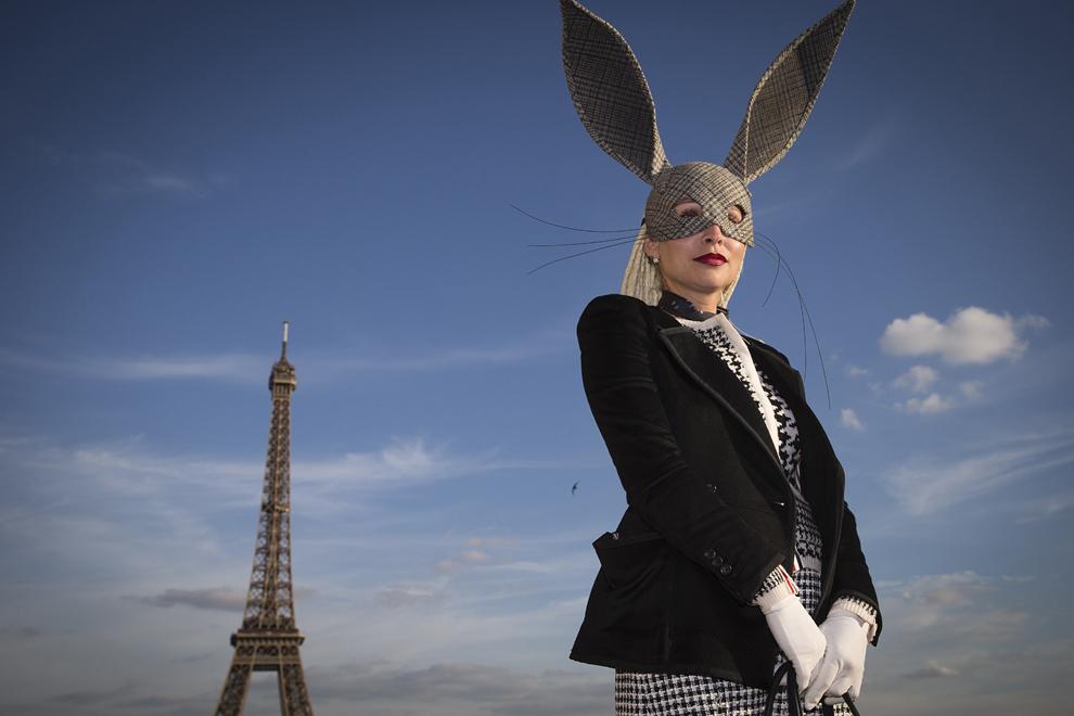 O femeie pozează pentru fotografi în faţa turnului Eifel înaintea lansării colecţiei primăvară/vară a lui Rick Owens în Paris, joi, 25 septembrie 2014.