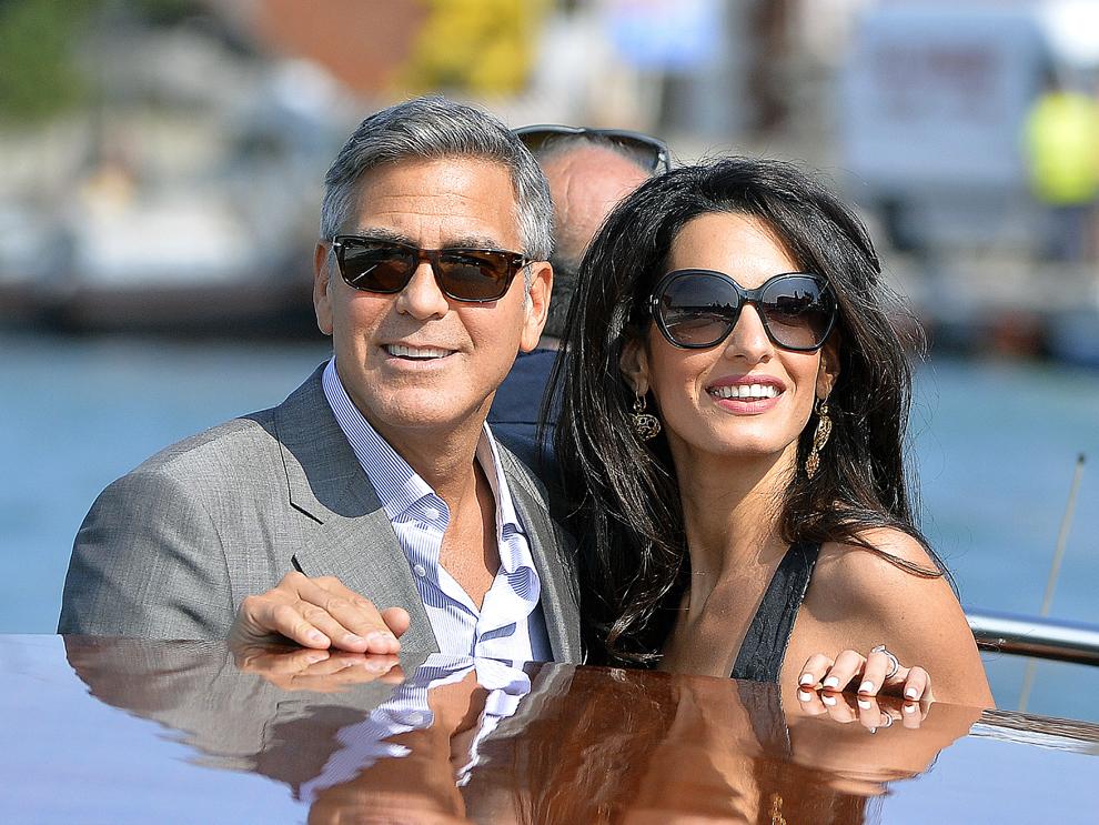 Actorul american, George Clooney alături de logodnica sa, Amal Alamuddin se plimbă cu o barcă taxi, în Veneţia, Italia, vineri, 26 septembrie 2014.
