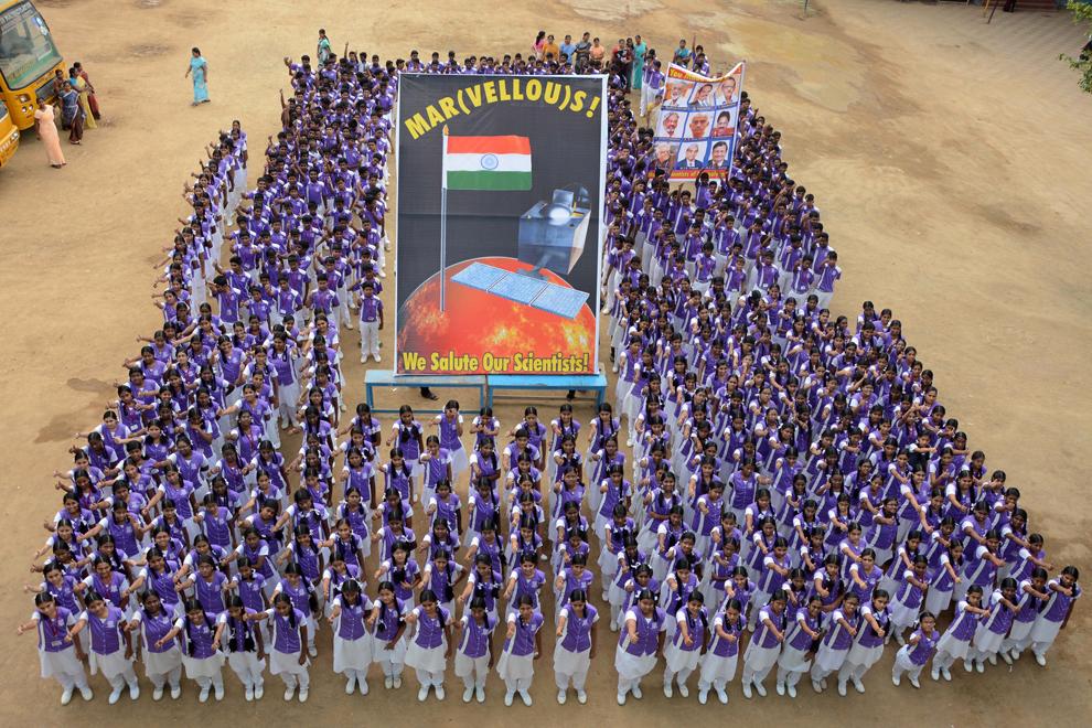 """Şcolari din India stau în formaţie în timp ce sărbătoresc succesul misiunii """"Mars Orbiter"""" la o şcoală din Chennai, India, miercuri, 24 septembrie 2014."""