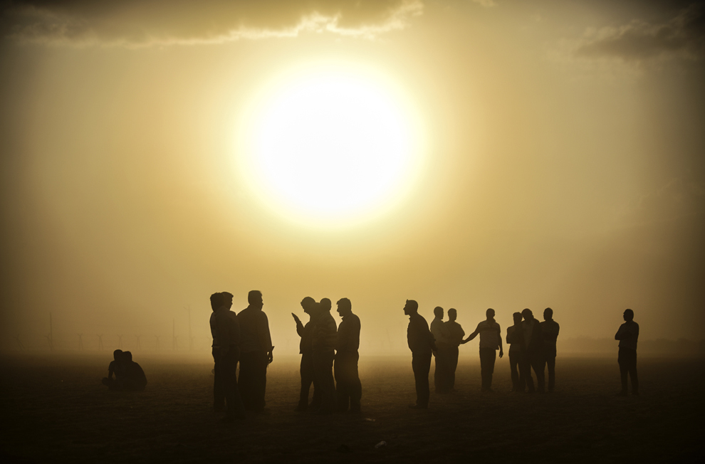 Kurzi sirieni stau în apropiere de graniţa turco- siriana, în oraşul Suruc, provincia Sanliurfa, joi, 25 septembrie 2014.
