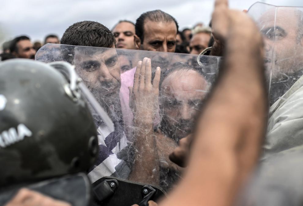 Forţe militare turce din cadrul Jandarma, blochează accesul către punctul de trecere a graniţei Mursitpinar, în apropiere de graniţa cu Siria, in timp ce kurzi sirieni încearcă să treacă printre scuturile lor, în Suruc, Sanliurfa, Turcia, duminică, 28 septembrie 2014.