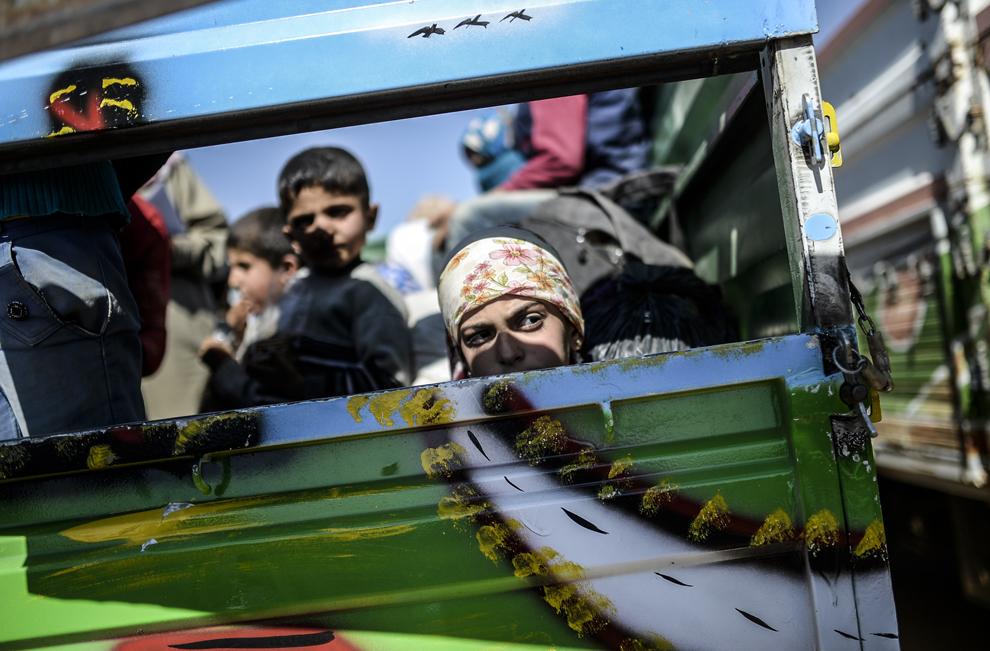 Kurzi sirieni stau într-o remorcă la graniţa cu Siria, în apropiere de oraşul sud-estic Suruc, în provincia Sanliurfa, Turcia, marţi, 23 septembrie 2014.