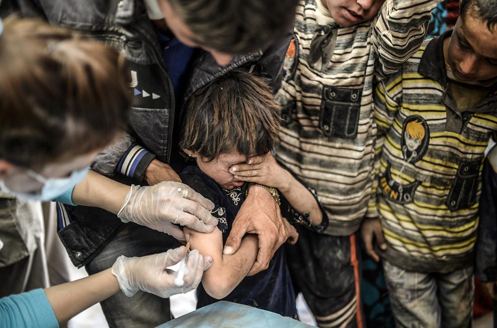 Un copil kurd sirian este vaccinat în oraşul sud-estic Suruc, provincia Sanliurfa, Turcia, marţi, 23 septembrie 2014.