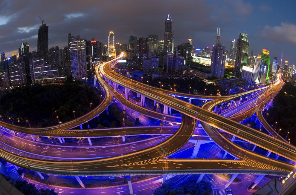 Această imagine realizată cu un timp de expunere mai mare, arată vehicule pe şosele în timpul orelor de vârf, în ajunul sărbătorilor de Ziua Naţională a Chinei, în Shanghai, marţi, 30 septembrie 2014.