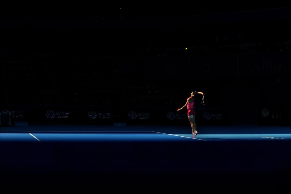 Simona Halep serveşte în meciului împotriva jucătoarei Andrea Petkovic, în timpul Openului Chinei la tenis, la National Tennis Center din Beijing, joi, 2 Octombrie 2014.