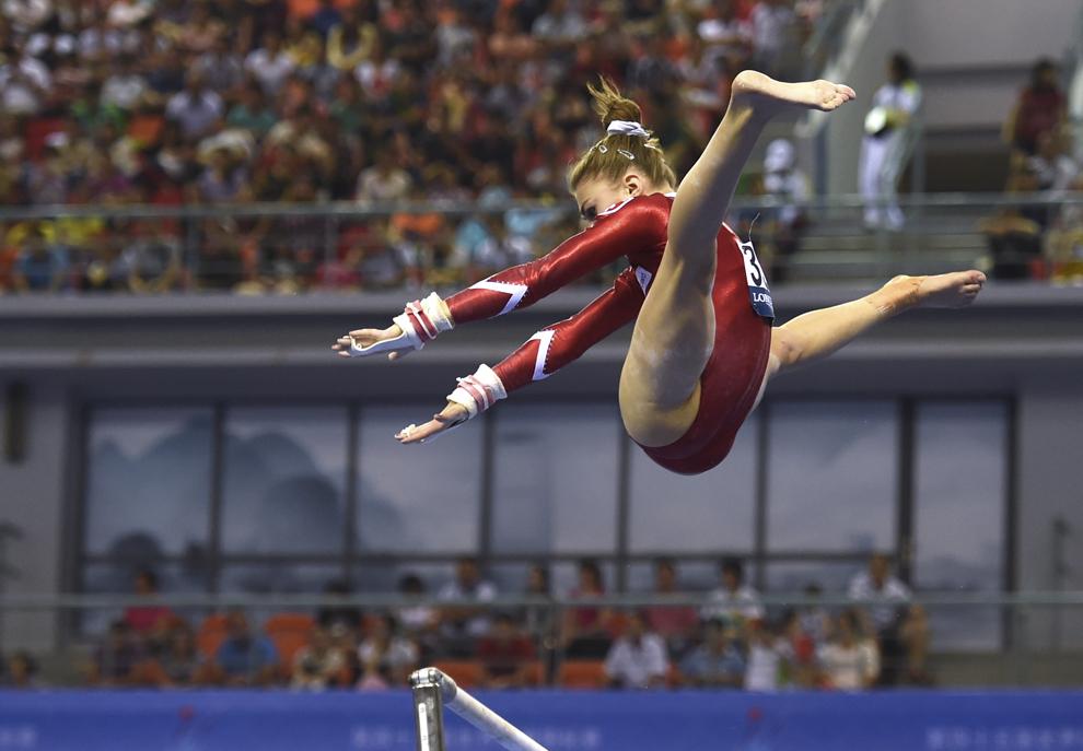 Elveţianca Ilaria Kaeslin efectuează un exerciţiu la paralele, în timpul calificărilor la Campionatele Mondiale de Gimnastică din Nanning, în provincia Guangxi din sudul Chinei, duminică, 5 octombrie 2014.