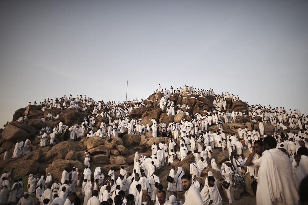 Pelerini musulmani se adună pe Muntele Arafat lângă Mecca, îndeplinind unul dintre ritualurile Hajj, în seara zilei de vineri, 3 octombrie 2014.