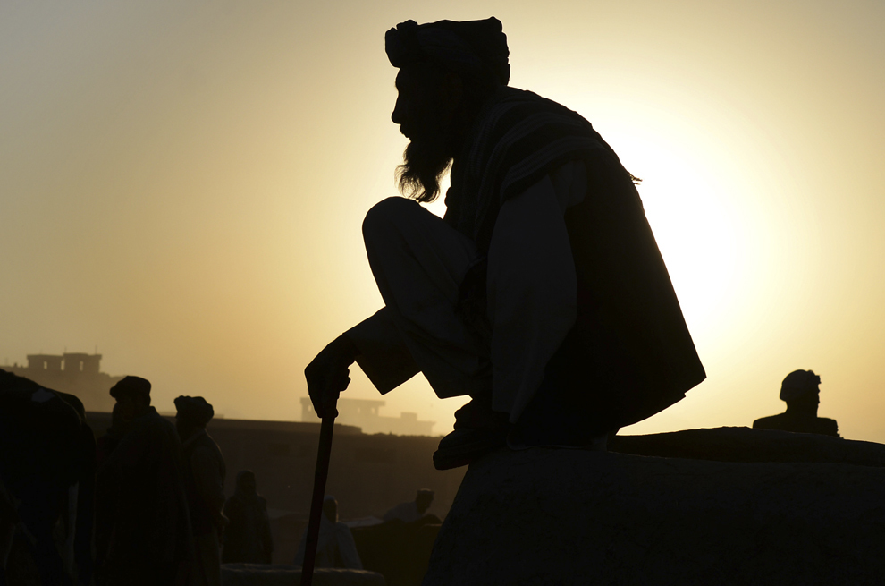 Un comerciant afgan aşteaptă clienţii dimineaţa devreme, la o piaţă de animale vii, înainte de Festivalul Sacrificiului Eid al-Adha, în Kabul, Afghanistan, joi, 2 octombrie 2014. Musulmanii din întreaga lume se pregătesc pentru a sărbători festivalul anual de Eid al-Adha, sau Festivalul Sacrificiului, care marchează sfârşitul pelerinajului Hajj la Mecca şi comemorează disponibilitatea Profetului Avraam să-şi sacrifice fiul pentru a arăta ascultare faţă de Dumnezeu.